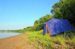 Tent op rivierstrand Royalty-vrije Stock Foto