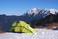 Tent op sneeuw Stock Afbeeldingen