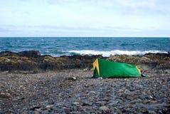 Tent op steenachtig strand Royalty-vrije Stock Foto