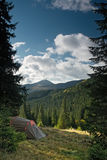 Tent på den alpina ängen Arkivbild