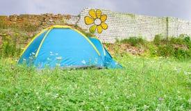 Tent på lawn arkivfoto