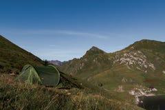 Tent zonder mensen op een heuvel in een zonnige dag in de Zwitserse alpen wordt geplaatst die royalty-vrije stock afbeeldingen