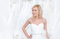 Tentando um vestido de casamento bonito sobre Imagens de Stock Royalty Free
