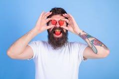 Tentation douce Bonheur de bonbon à baies Homme dans l'amour avec la fraise L'amour heureux barbu d'homme apprécient mûr rouge ju Image stock