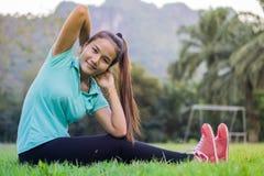 Tentativa adolescente asiática del ejercicio y pacientemente fotos de archivo