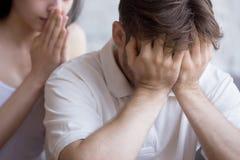 Tentativa confusa da amiga para consolar o amante desapontado virado imagem de stock