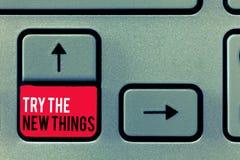 Tentativa da escrita do texto da escrita as coisas novas O significado do conceito quebra acima a rotina da vida aprende algumas  fotografia de stock