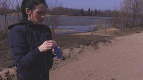 Tentativa da menina para travar bolhas de sabão filme