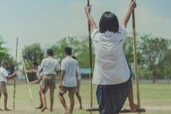 Tentativa do estudante a andar nos pés de bambu, crianças que jogam o tha velho imagem de stock