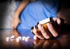 Tentativa do homem da doença para tomar comprimidos Imagem de Stock Royalty Free