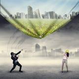 Tentativa dos empresários para salvar o ambiente Fotografia de Stock Royalty Free
