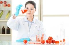 Tentativa fêmea asiática do cientista à alteração genética da descoberta foto de stock