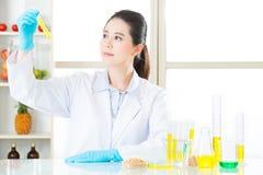 Tentativa fêmea asiática do cientista à alteração genética da descoberta imagem de stock