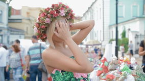 Tentativa loura bonito da mulher uma grinalda de flores brilhantes filme