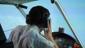 Tentativa piloto nervosa fixar o problema técnico com o avião, chamando o controlador video estoque