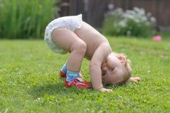 Tentativas do bebê a levantar-se Imagem de Stock Royalty Free