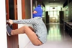 Tentative masquée de cambrioleur d'ouvrir la porte avant cambriolage Concept criminel photos stock