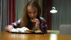 Tentazione non sana dei dolci di abitudini di nutrizione del bambino archivi video