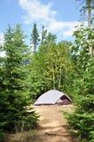 Tente au terrain de camping dans la région sauvage Images libres de droits