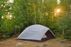 Tente au terrain de camping dans la région sauvage Photographie stock