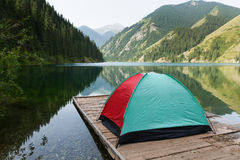 Tente avec vue sur le lac dans les montagnes Image stock
