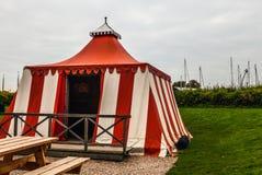 Tente blanc-rouge antique de bâche dans le château de Muiderslot holland Photos stock