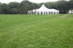 Tente blanche de réception sur la pelouse Photographie stock