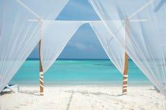 Tente blanche pour des cérémonies de mariage ou la soirée romantique sur une île maldivienne photo libre de droits