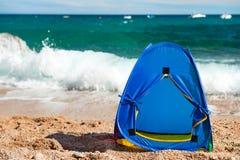 Tente bleue à la plage images stock