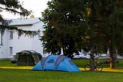 Tente bleue sur la pelouse verte photos libres de droits