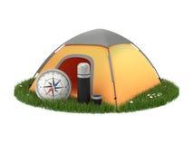 Tente, boussole, thermos sur l'herbe au fond blanc Image libre de droits