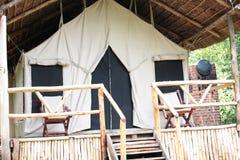 Tente campante dans la jungle africaine image stock