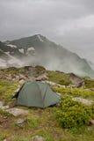Tente campante grise dans le brouillard. Images stock