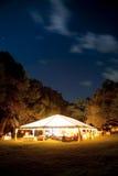Tente d'événement la nuit Photographie stock libre de droits