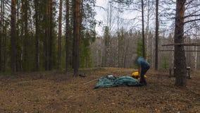Tente d'Assemblée en bois Repos de touristes clips vidéos
