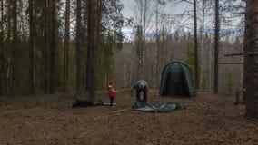 Tente d'Assemblée en bois Repos de touristes Timelapse banque de vidéos