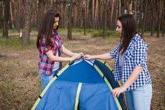 Tente d'installation de soutien d'aide d'ami ensemble Photos libres de droits