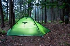 Tente dans la forêt Photographie stock libre de droits