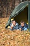 Tente dans la forêt d'automne photos libres de droits