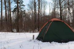 Tente dans la neige, campant en hiver, Photos libres de droits