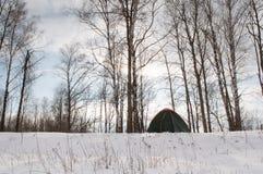 Tente dans la neige, campant en hiver, Image libre de droits