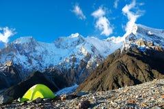 Tente dans le camp de base MOU d'Everest de crête de montagne d'Everest du plus haut Photo libre de droits