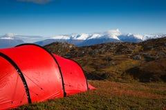 Tente dans le terrain mountaineous Photos libres de droits