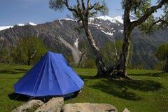 Tente dans les montagnes image libre de droits