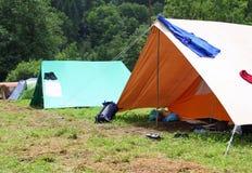 Tente de Boyscout dans un domaine avec les vêtements qui sèchent Photo libre de droits