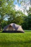 Tente de camping au terrain de camping photographie stock libre de droits
