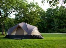Tente de camping au terrain de camping image stock