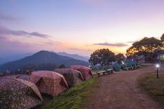 Tente de camping avec la montagne de lever de soleil Images stock