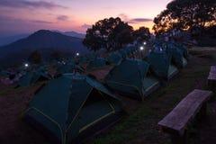 Tente de camping avec la montagne de lever de soleil Photographie stock libre de droits