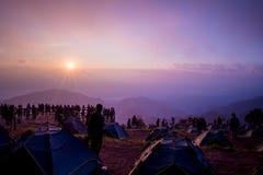 Tente de camping avec la montagne de lever de soleil Photos stock
